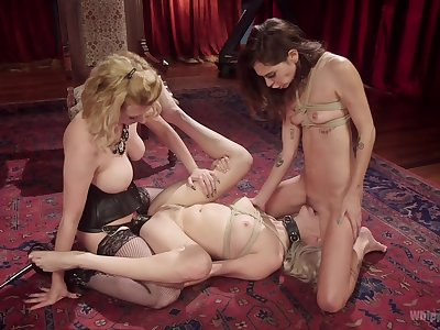 Obedient babe plays resemble close to homophile threesome