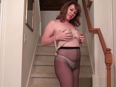 Super milf Tricia teases you with her inviting cunt
