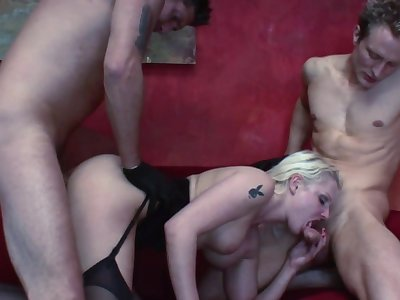 Incredible dwelling-place threesome with a MILF addicted to cock ]