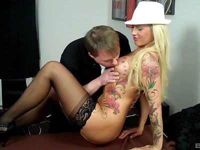 Tattooed blonde gets laid with the king while at portray